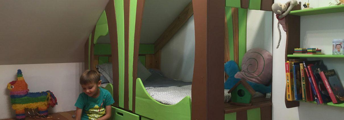 lit cabane sous mansarde avec garçon