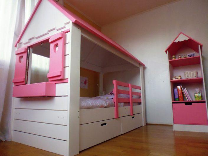 lit cabane avec colonne