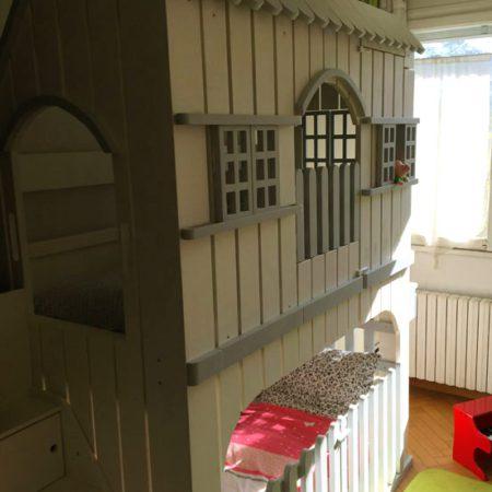 lit-cabane superposé vue d'un angle